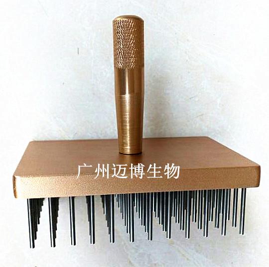 96孔微孔板复制器  数量:大量分类:自主开发产品  点击数:     产品 介绍  产品描述:  96 孔微孔板复制器是专为生物实验快捷复制样品而做,大大加快了样品的与通用的各型 96 孔微孔板匹配。不锈钢做的针头防止腐蚀,可以蒸汽灭菌或者火焰灭菌或者酒精消毒。     产品参数:  货号 :MB-ZZ-88  尺寸:110mm*75mm*10mm  净重:670g   针:25mm*2.1mm  针孔间距:9mm   材料:梳针, 316 钢;卡板:铝合金     应用  将母板上少量体积的样品接种体转移到子板上。  酵母杂交复制    克隆分子杂交 抗体灵敏度测试 噬菌体定型 96 孔板 PCR 扩增时 DNA 样品添加 文库筛选和复制